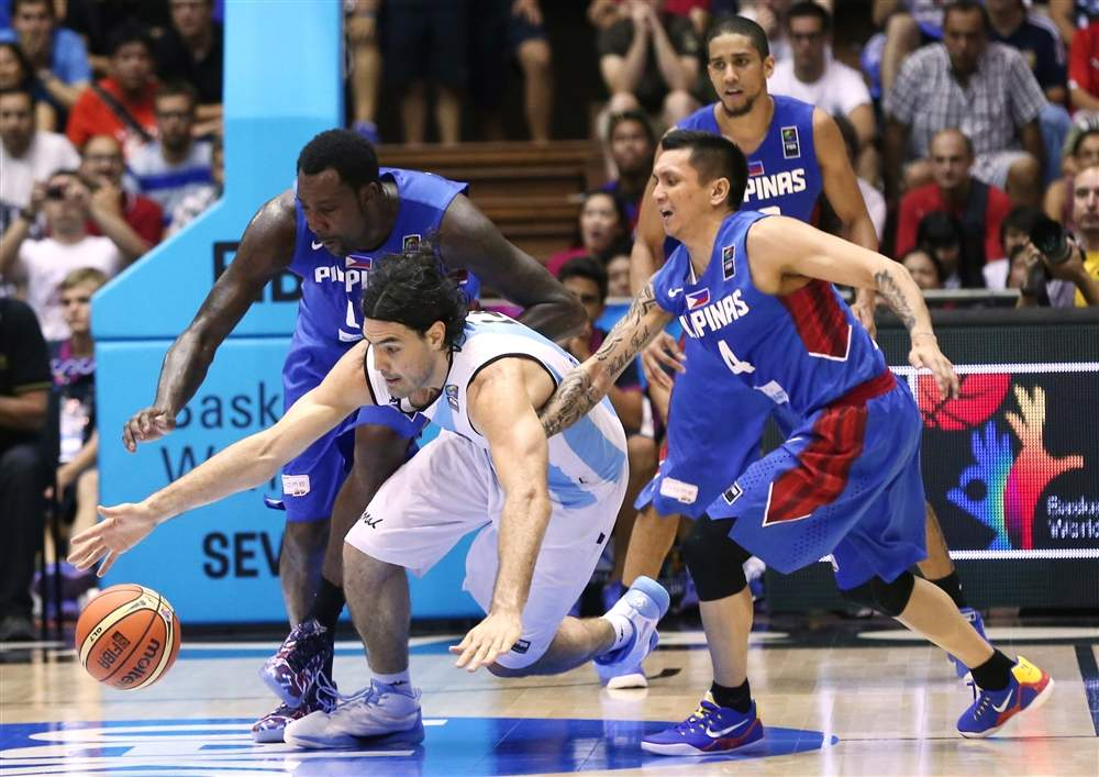 Luis Scola diving for the ball with Jimmy Alapag, Andray Blatche and Gabe Norwood on defense.